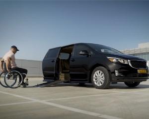 קיה קרניבל מונגש ומוסב לנכים עם מעלון לכיסא גלגלים